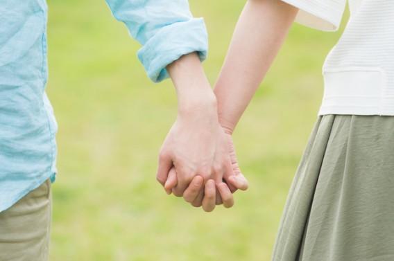 恋人同士の手