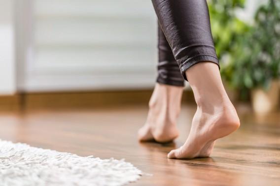 足裏の痛みの足底筋膜炎は、素足の季節になると多くなります。それは・・・
